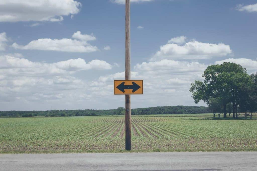 Strzałka lewo-prawo na końcu drogi